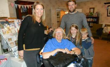Su with her daughter Cassie, her son-in-law and grandchildren